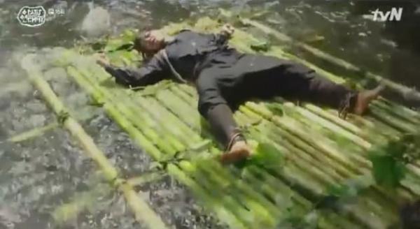 Tay chân của Eun Som bị cột vào bè. Bè khi gặp các vách đá bị vỡ ra, chỉ còn Eun Som vùng vẫy giữa dòng thác lớn