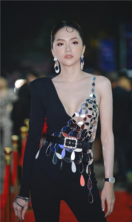 Diện bộ jumpsuit đen quyến rũ, Hoa hậu Hương Giang xuất hiện cực chất trên thảm đỏ.