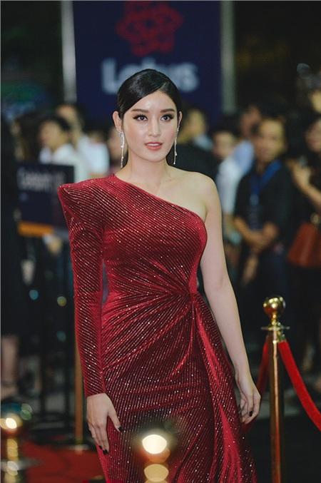Á hậu Huyền My gây chú ý bởi chiếc váy đỏ lệch vai nổi bật.