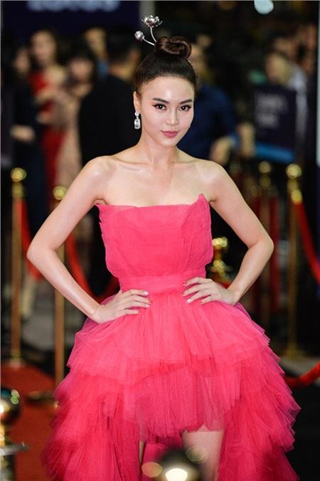 Ninh Dương Lan Ngọc lựa chọn cho mình một thiết kế đầm hồng rực rỡ, xếp tầng điệu đà lộng lẫy.