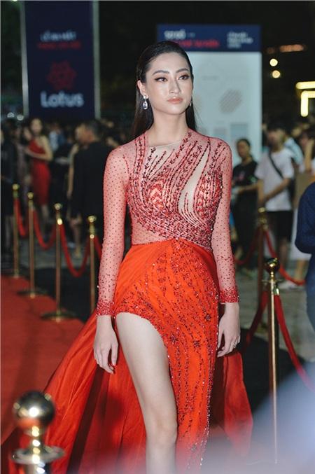Hoa hậuLương Thùy Linh thu hút sự chú ý nhờ vẻ ngoài xinh đẹp và kiêu sa khi diện bộ trang phục tone đỏ quyến rũ.