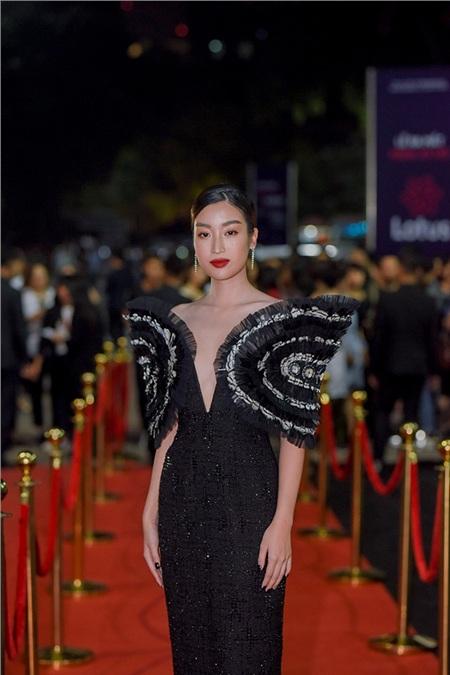 Hoa hậu Việt Nam Đỗ Mỹ Linh vô cùng sang chảnh và hút mắt với bộ trang phục tone đen ấn tượng.