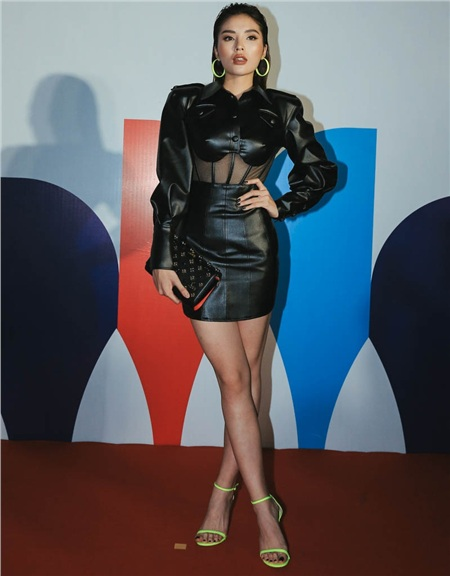Cùng lựa chọn trang phục tone đen, nếu như Đỗ Mỹ Linh quyến rũ thì Hoa hậu Kỳ Duyên lại cực kì chất và cá tính.
