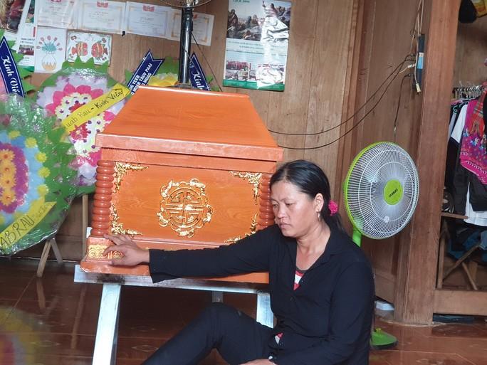Bà Vàng Thị Chá thất thần bên 2 cỗ quan tài 2 con