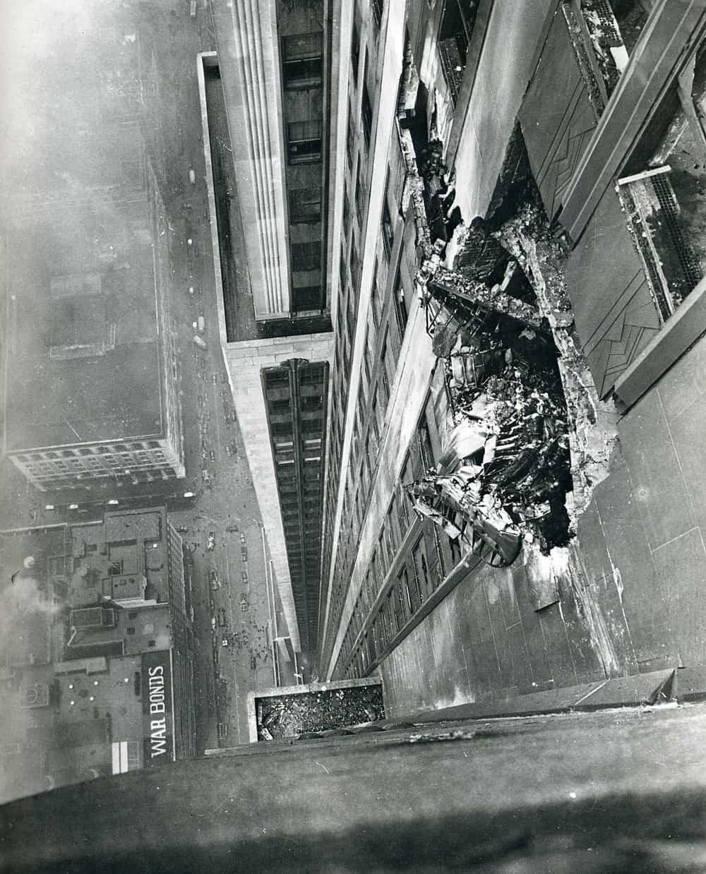 Góc nhìn từ phía bên trên vụ va chạm, bức ảnh còn cho thấy Betty đã phải rơi thang máy ở độ cao như thế nào.