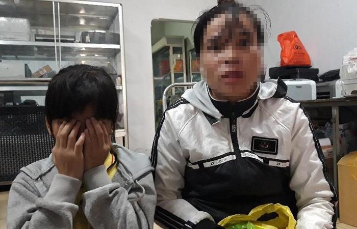 Chị N. (phải) kể lại sự việc con gái chị bị xâm hại tình dục. Ảnh: báo Pháp Luật TP.HCM