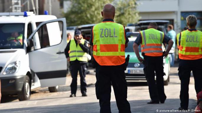 Lực lượng an ninh Đức tiến hành cuộc truy quét đường dây buôn người quy mô lớn ở thủ đô Berlin hồi cuối tháng 8 Ảnh: DPA