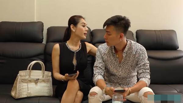 Lâm Khánh Chi từng livestream khoe món quà mà chồng dành tặng là một chiếc túi hàng hiệu.