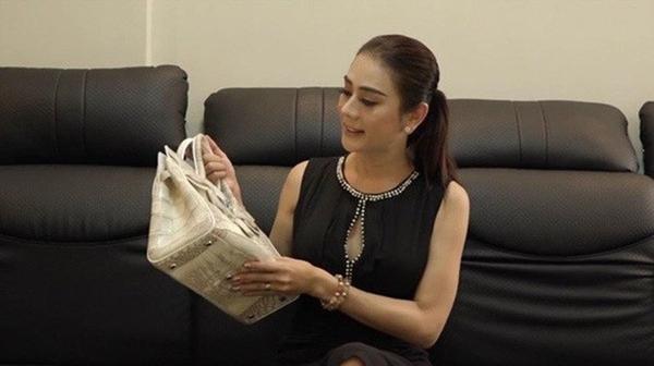 Tuy nhiên, nhiều người nhanh chóng phát hiện ra chiếc túi này lại chỉ là hàng fake. Đáp lại sự nghi ngờ này, Lâm Khánh Chi chỉ im lặng.