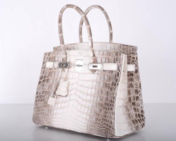 Được biết,túiHermes Himalaya Birkin được xem là mẫu túi xa xỉ và quý hiếmnhất nhì trên thế giới. Túi được may hoàn toàn bằng da cá sấu bạch tạng, có giá dao động từ 2,5 - 5 tỷđồngvà kể cả có tiền cũng chưa chắc đã sở hữu được kiểu túi này.