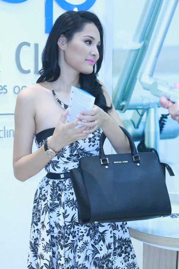 Hương Giangđã rất bức xúc khi biết rằng mình mua phải chiếc túi fake bởi điều này ảnh hưởng không nhỏ đến hình ảnh của cô.Hương Giang cũng khẳng định đây là lần cuối cùng cô mua hàng hiệu tại Việt Nam.