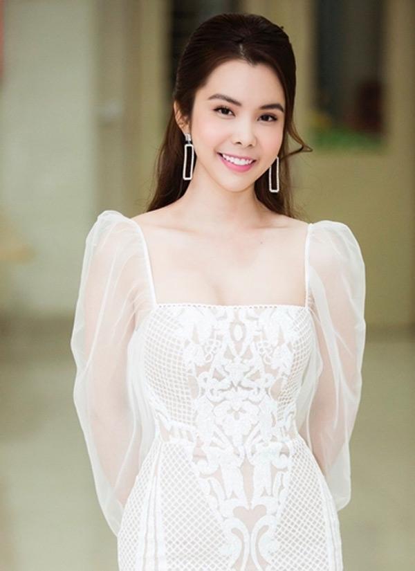 Ngắm phong cách thời trang từ 'ngoan hiền' đến cực sexy của Hoa hậu Huỳnh Vy 0