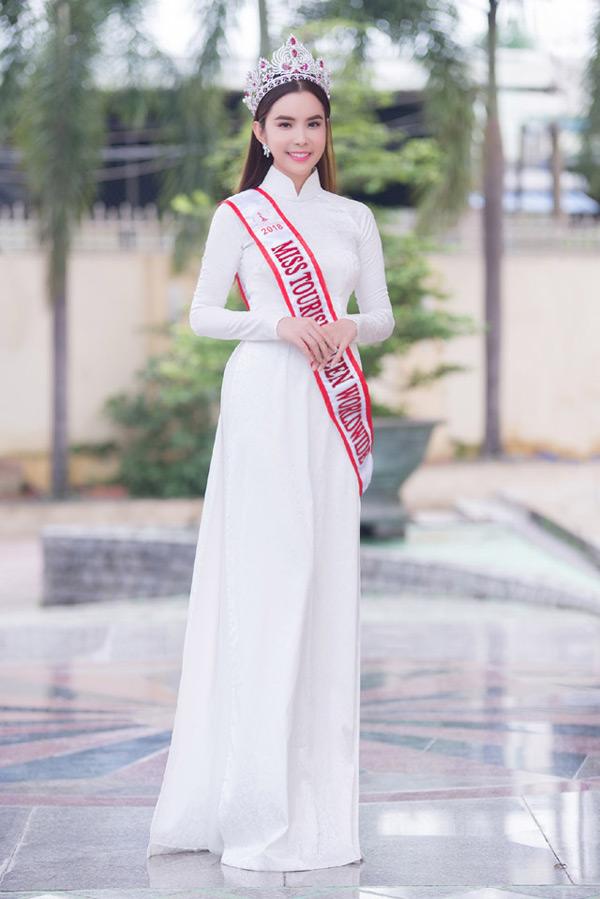 Ngắm phong cách thời trang từ 'ngoan hiền' đến cực sexy của Hoa hậu Huỳnh Vy 1