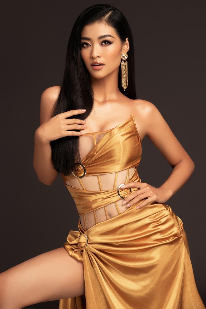 Nàng hậu xứ Quảng khoe trọn vẻ đẹp và đường cong đầy đặn trong bộ cánh cắt xẻ tinh tế.