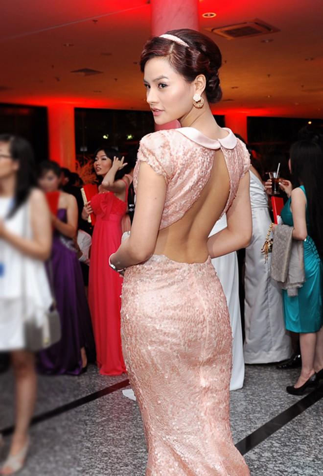 Vũ Thu Phương khoe lưng trần quyến rũ trong một số sự kiện cô tham gia trước đây.