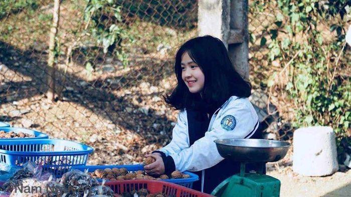 Sau hơn 1 năm nổi tiếng, 'cô bé bán lê' ở Hà Giang càng ngày càng xinh đẹp, đáng yêu 0