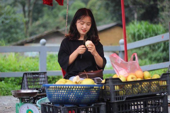 Sau hơn 1 năm nổi tiếng, 'cô bé bán lê' ở Hà Giang càng ngày càng xinh đẹp, đáng yêu 1