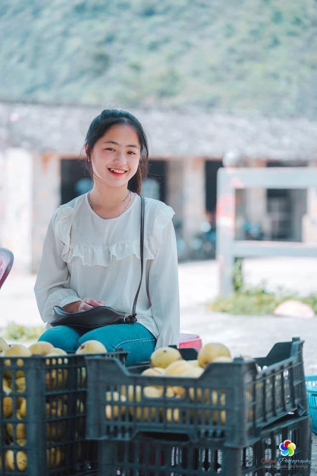 Sau hơn 1 năm nổi tiếng, 'cô bé bán lê' ở Hà Giang càng ngày càng xinh đẹp, đáng yêu 2