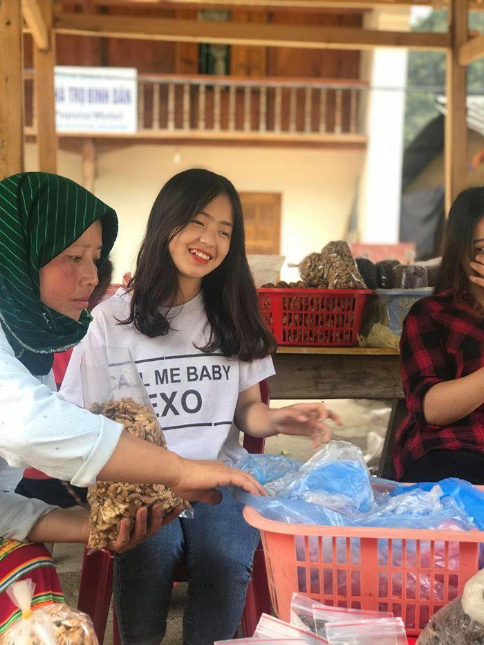 Sau hơn 1 năm nổi tiếng, 'cô bé bán lê' ở Hà Giang càng ngày càng xinh đẹp, đáng yêu 4