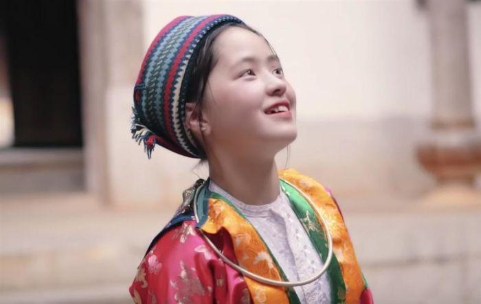 Sau hơn 1 năm nổi tiếng, 'cô bé bán lê' ở Hà Giang càng ngày càng xinh đẹp, đáng yêu 7