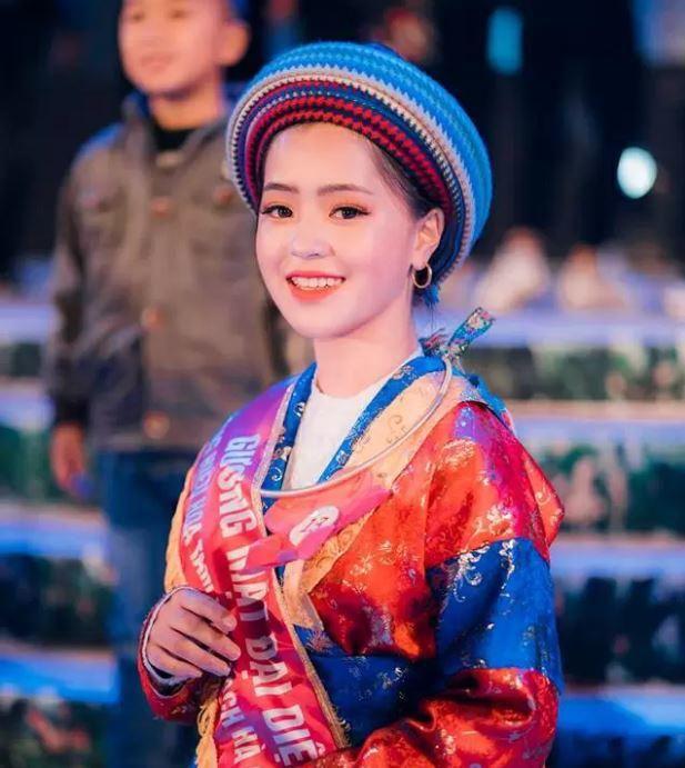 Sau hơn 1 năm nổi tiếng, 'cô bé bán lê' ở Hà Giang càng ngày càng xinh đẹp, đáng yêu 8