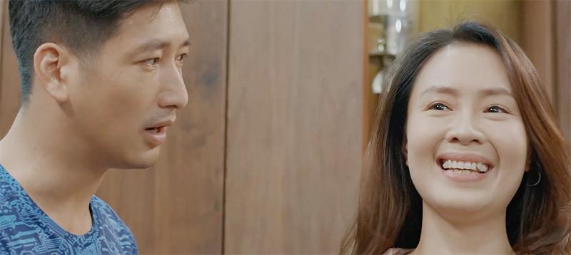 Nụ cười nhiều cảm xúc của Khuê khi thấy chồng ghen ngược.