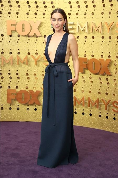 Emilia Clarke - nữ minh tinh của Game of Thrones gợi cảm với đầm Valentino.