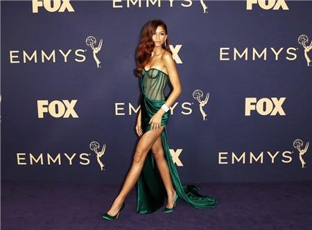 Zendaya gợi cảm tuyệt đối với chiếc đầm dáng corset xuyên thấu.