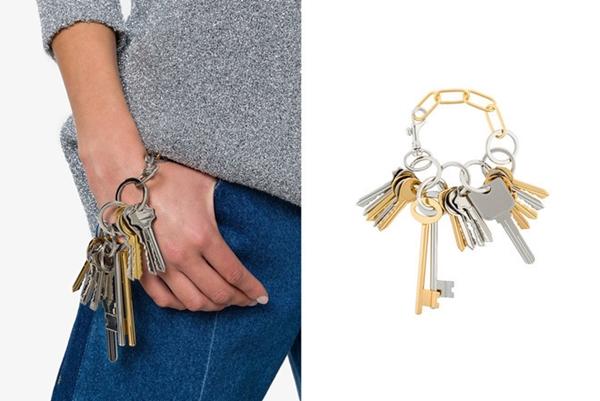 Nhà mốt Balenciaga còn tung ra thị trường mẫu phụ kiện độc đáo đeo tay có giá895 USD(khoảng hơn 20 triệu đồng) được lấy ý tưởng từxâu chìa khoá cửa.