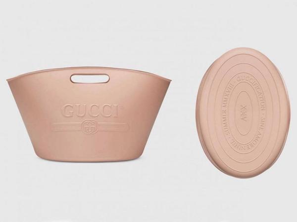 Chiếc túi xách của nhà mốt Gucci có giá hơn 22 triệu đồng, đượclàm từ chất liệu cao su bị nhiều người đánh giá là có hình dáng giống như xô đựng giẻ lau nhà của các bà nội trợ.