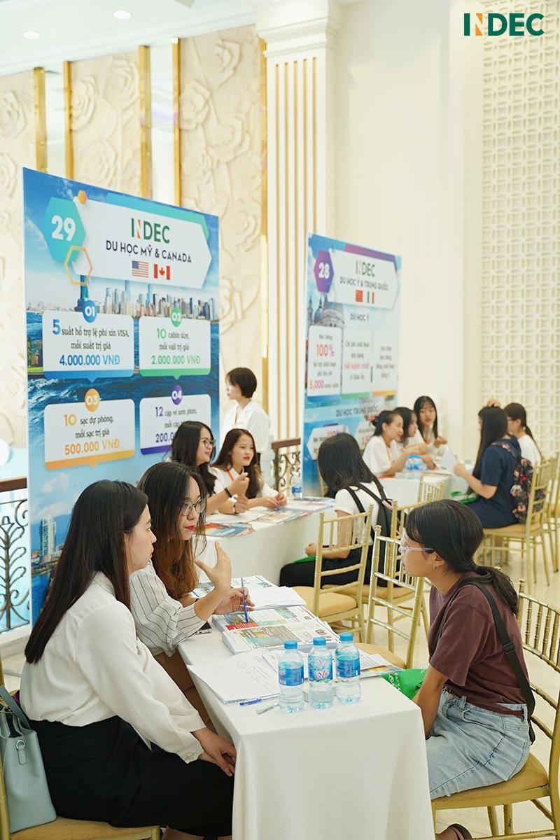Các bạn học sinh, sinh viên tham gia tư vấn cùng chuyên viên INDEC