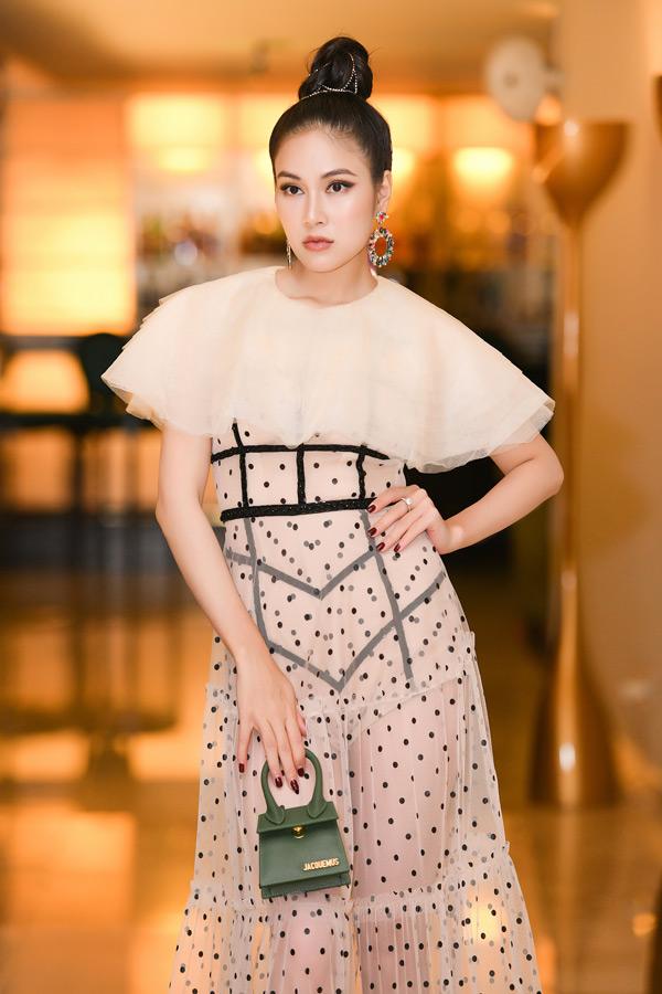 Hoa hậu Áo dài Việt Nam 2019 Tuyết Nga vốn định hình phong cách dịu dàng, thanh thoát trước công chúng qua những bộ trang phục áo dài từ truyền thống đến cách điệu vô cùng độc đáo. Tuy nhiên, mới đây, khi xuất hiện tại một sự kiện, nàng hậu khiến bao người ngỡ ngàngvì sự lột xác trong phong cách thời trang.