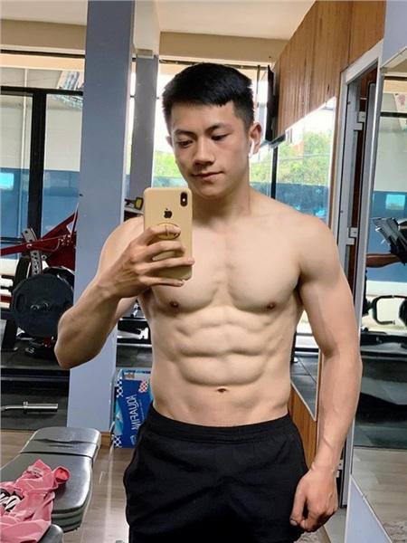 Thân hình cơ bắp, chuẩn 6 múi của hotboy thầy giáo