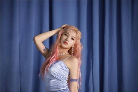 Gặp sự cố trang phục, Sana (TWICE) vẫn 'tỉnh bơ' diễn tiếp khiến fan chẳng thể nào nhận ra 2