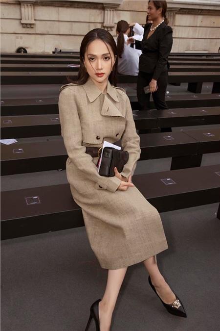 Hoa hậu Hương Giang xuất hiện tại hàng ghế VIP dự show Le Défilé L'Oréal Paris. Người đẹp chọn cho mình thiết kế trench coat thanh lịch, sang trọng chuẩn chỉnh phong cách của các quý cô Pháp thứ thiệt.