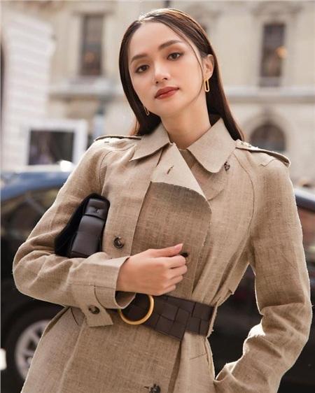 Cao tay hơn cả là chiếc thắt lưng nhấn vòng eo thon gọn xuyệt tông cùng túi xách và đôi cao gót đi cùng. Mái tóc cũng không hề cầu kỳ, chỉ đơn thuần để xõa cũng toát lên khí chất của Parisian Chic - phong cách kinh điển mà bất cứ cô gái nào cũng muốn theo đuổi.