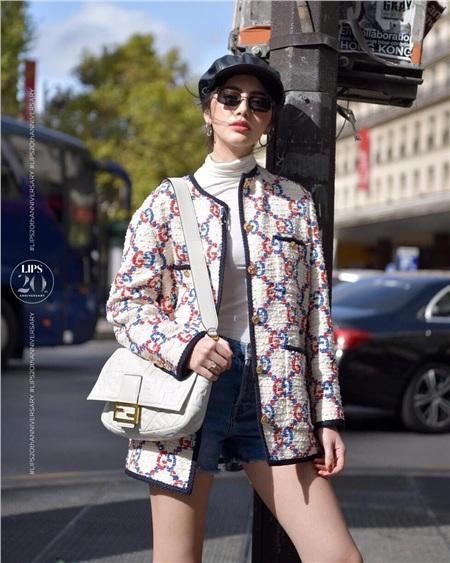 Nếu như HH Hương Giang chọn cho mình phong cách Parisian Chic thanh lịch cổ điển thì nàng 'ma nữ' xinh đẹp lại trẻ trung cá tính với thần thái sang chảnh kiêu kỳ không chê vào đâu được.