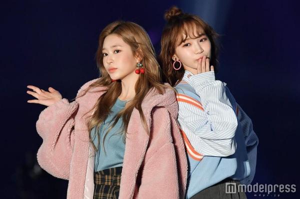 Sánh đôi bên cạnh Kim Minju và Kim Chaewon.