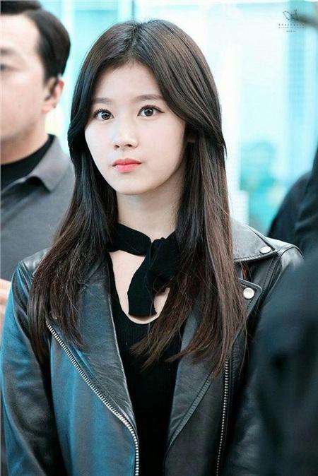 Màu tóc đen cơ bản chưa bao giờ là màu tóc nhàm chán, đặc biệt với khuôn mặt xinh đẹp như Sana thì cô nàng càng phô diễn đượcthuần khiết củamình.