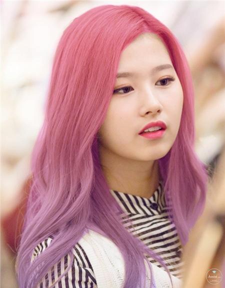 Còn nhớ màu tóc hồng ombre tím của mỹ nhân Twice khiến cho netizen 'dậy sóng' một thời.
