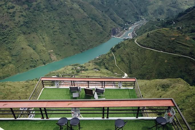 Đứng trên công trình Panorama, có thể nhìn toàn cảnh dòng sông Nho Quế và những khu vực xung quanh