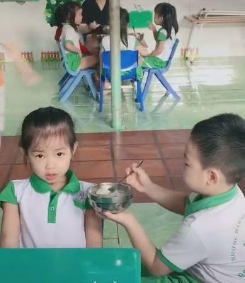 Bón cơm quá khéo léo cho cô bạn cùng lớp, bé trai mần mon được dân mạng tặng điểm 10 ga lăng 0
