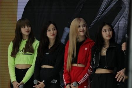 So với màu xanh nõn chuối hay màu đỏ quá nổi bật của hội em út, trang phục độc một màu đen của Jennie và Jisoo nhìn 'chán' hẳn
