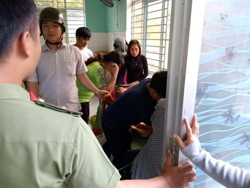 Các nạn nhân bị thương đang được cấp cứu tại trạm Y tế.
