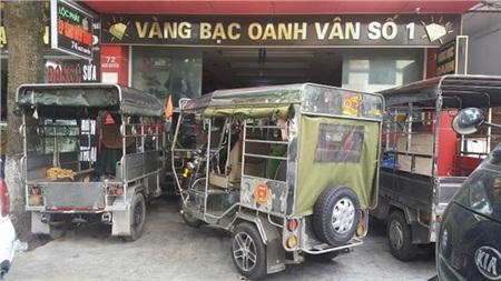 Người dân tụ tập và bao vây cửa hàng vàng bạc Oanh Vân 1 đòi tiền gửi. (Ảnh: Trọng Lịch/Vietnam+)