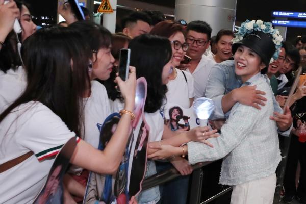 Fan tổ chức sinh nhật muộn cho Vũ Cát Tường tại sân bay trước thềm Asia Song Festival 2019 1