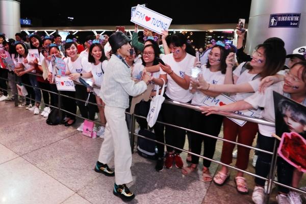 Fan tổ chức sinh nhật muộn cho Vũ Cát Tường tại sân bay trước thềm Asia Song Festival 2019 2