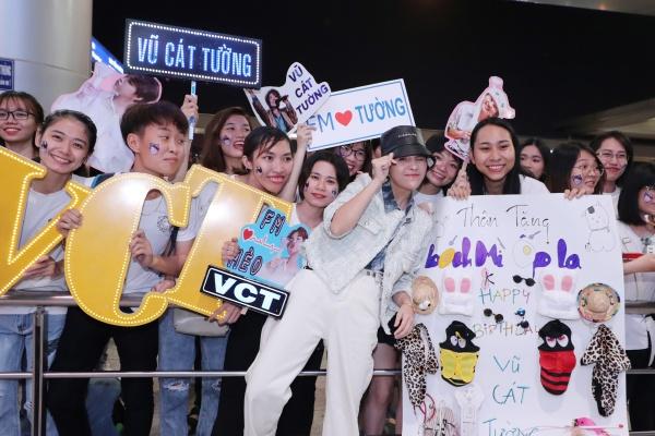 Fan tổ chức sinh nhật muộn cho Vũ Cát Tường tại sân bay trước thềm Asia Song Festival 2019 4