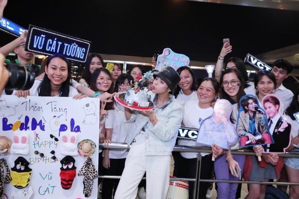 Fan tổ chức sinh nhật muộn cho Vũ Cát Tường tại sân bay trước thềm Asia Song Festival 2019 5