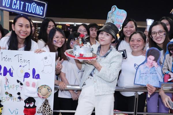 Fan tổ chức sinh nhật muộn cho Vũ Cát Tường tại sân bay trước thềm Asia Song Festival 2019 6